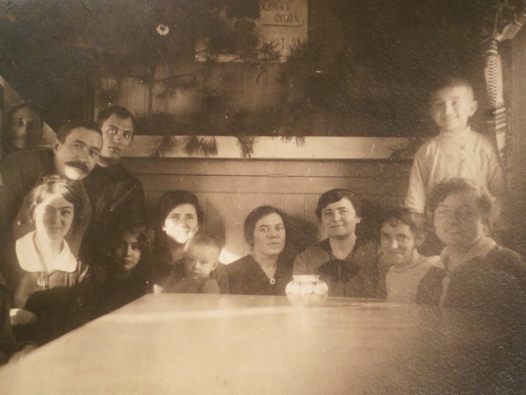 3. санитарный поезд 182 Варвара с племянниками Шура, Костя, Валя и Тамара. 1916. Киев